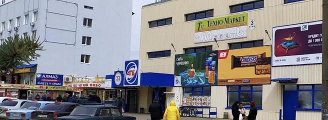 Жителі Токмака протестують проти забарвлення супермаркету АТБ в чорний колір