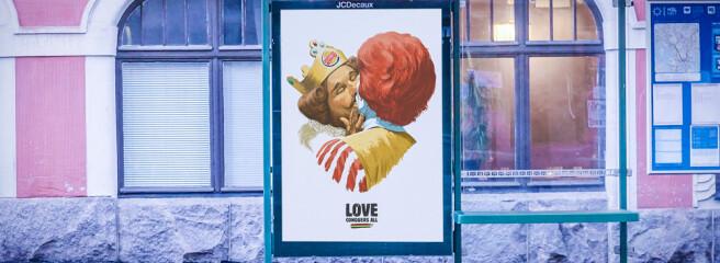 Талисманы брендов Burger King иMcdonald's целуются вакции Helsinki Pride